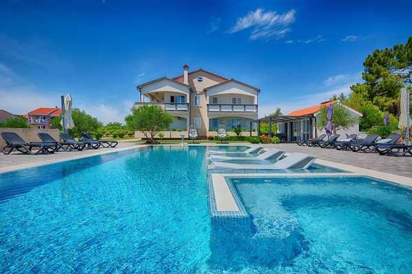 Rodinné apartmány s bazénem Vir